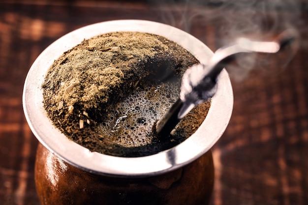 Chimarrã£o、ブラジル南部の典型的な飲み物であるマテ茶から作られた熱いお茶。