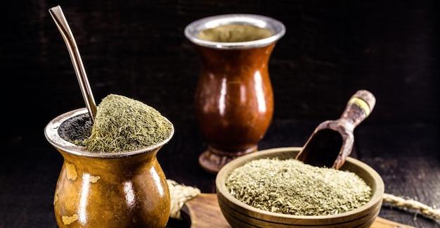 チマラオ、ブラジルのマテ茶から作られた熱いお茶の注入