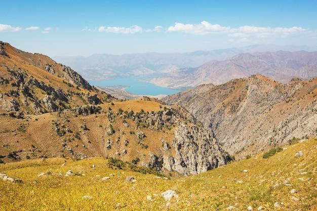 ウズベキスタン、タシケント市近くのチムガン山脈 Premium写真