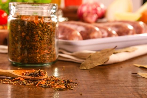 산만 된 브라질 소시지와 나무 테이블에 chimichurri