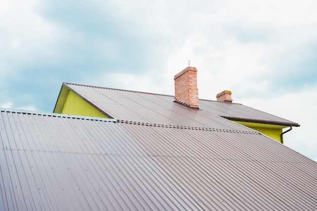 난방을 위해 집 지붕에 굴뚝입니다.