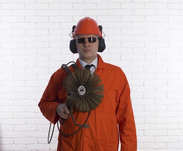 Трубочист в оранжевой одежде