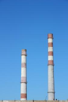 青い空を背景の煙突の大きな植物