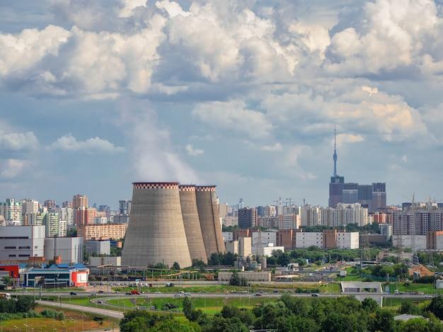 모스크바 북부의 산업 지구인 발전소의 굴뚝.