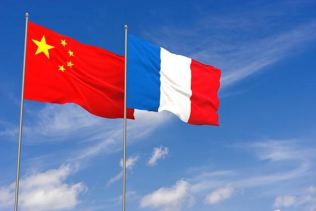 푸른 하늘 배경 위에 중국과 프랑스 플래그입니다. 3d 일러스트레이션