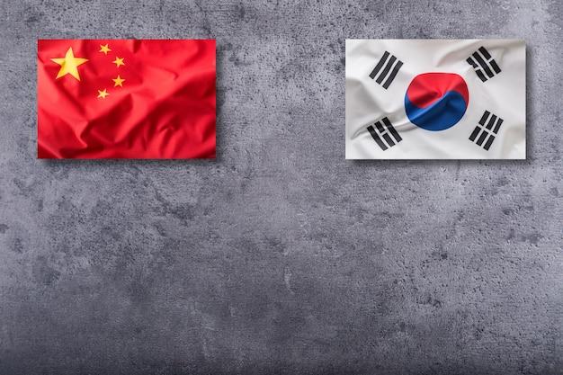 구체적인 배경에 중국과 한국 국기입니다.