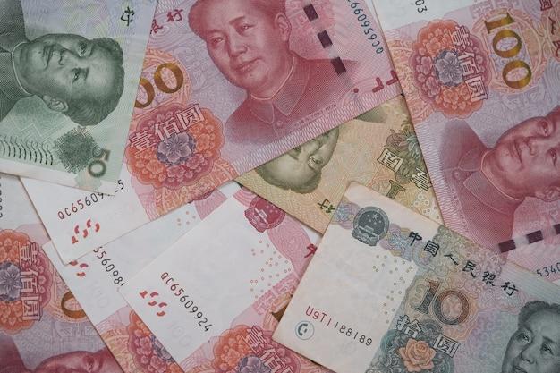 Обмен валюты китая и инвестиции, вид сверху коллекции банкнот китайского юаня.