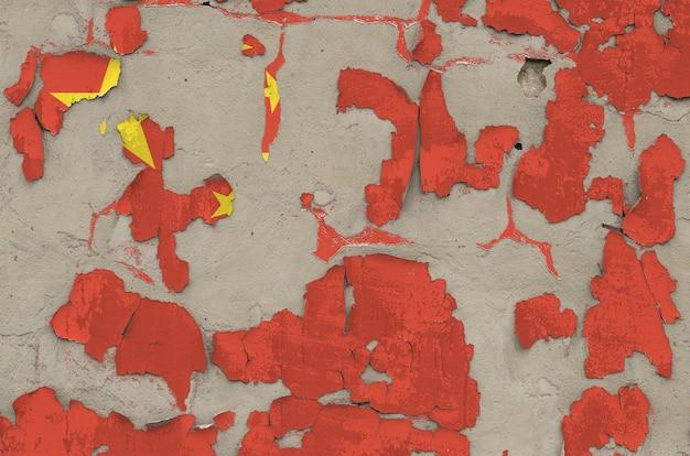 古い時代遅れの乱雑なコンクリートの背景にペンキの色で描かれた中国の旗