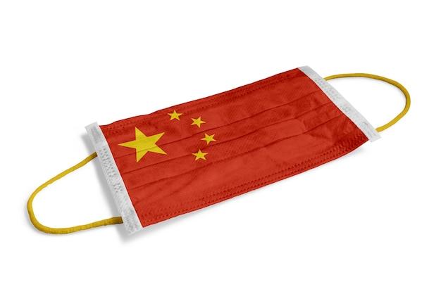 サージカルマスク孤立した白い背景の上の中国の旗