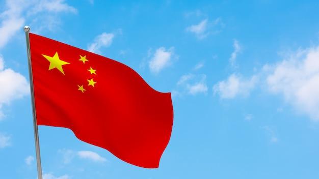 Флаг китая на полюсе. голубое небо. государственный флаг китая
