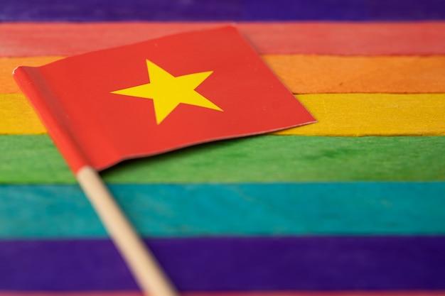 Lgbtゲイプライド月間の虹の背景のシンボルに中国の旗
