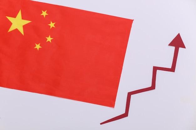 赤い成長矢印が付いた中国の旗。上向き矢印グラフ。経済成長