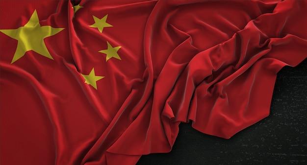 어두운 배경에 주름이 중국 국기 3d 렌더링