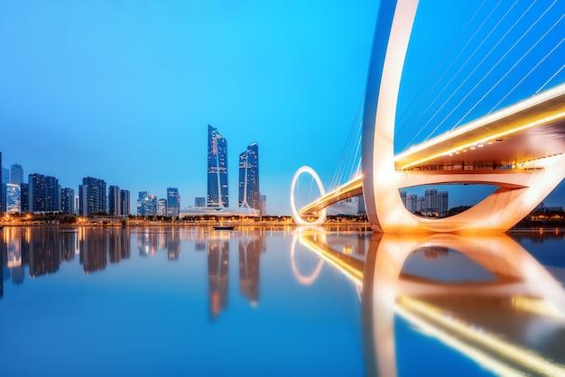 中国南京市のスカイラインと近代的な建物、夕暮れの風景