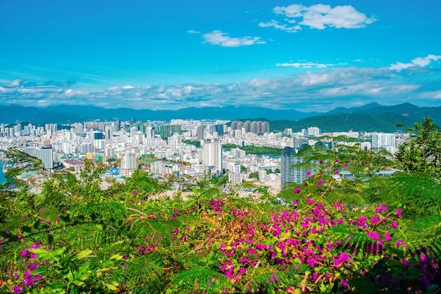 Китай. райский остров хайнань, город санья. вид на город.
