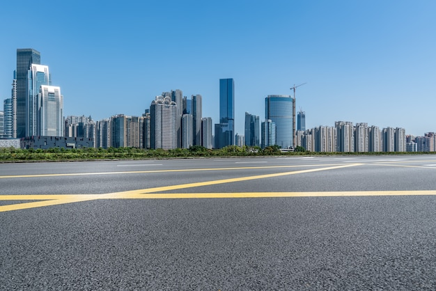 中国の近代的な都市道路と建物のスカイライン
