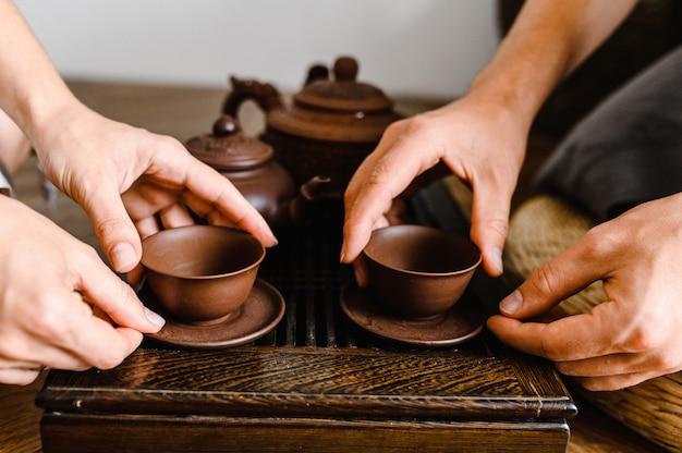 Китайская чайная церемония. чашка чая и чайник