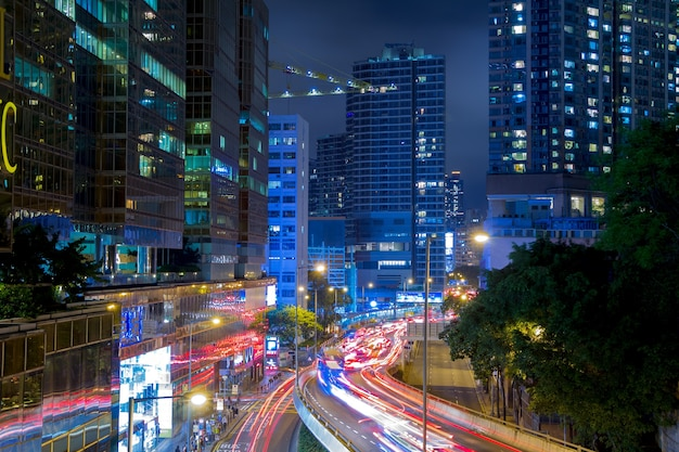 中国。香港市の夜の街。たくさんの車。フロントライトとリアライトの両方からのトラック