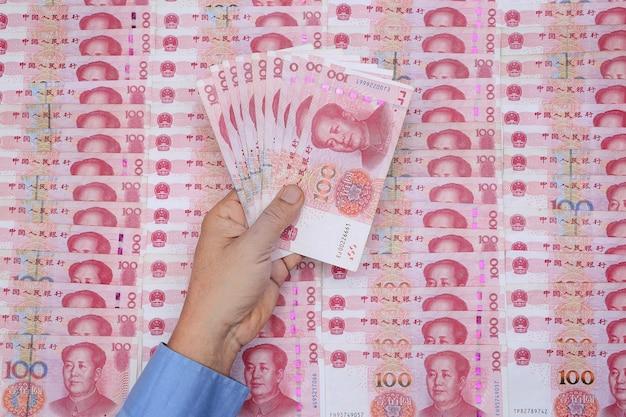 Китайские банкноты 100 юаней из валюты китая