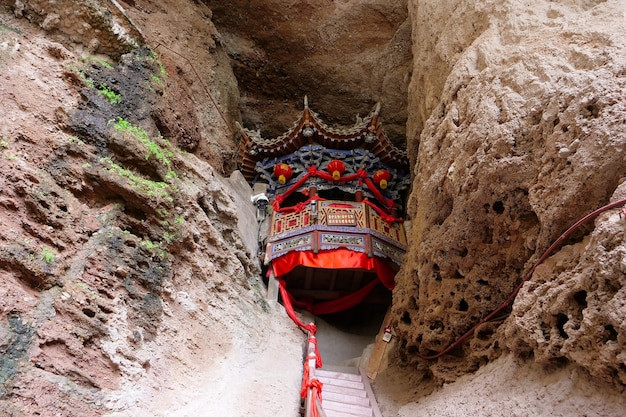Tianshui wushan water curtain caves의 중국 고대 전통 사원