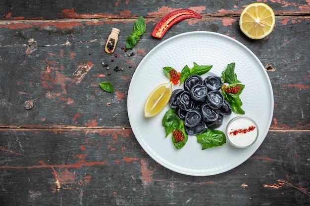 魚の詰め物とキャビア、ペリメニ、ラビオリまたは餃子、バナー、メニュー、テキストのレシピの場所、上面図、