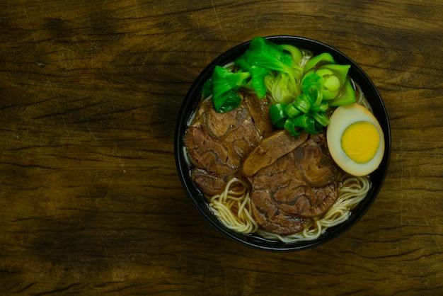 ビーフシャンクスライスを添えた中華煮込みビーフヌードル、ブラウンソースの卵を添えて中華スープ