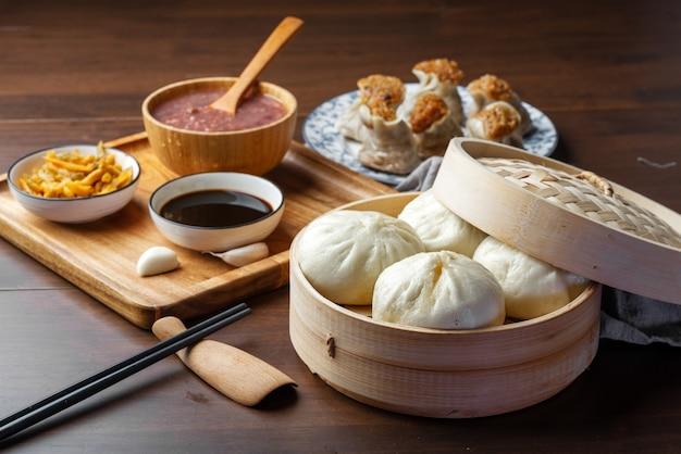 中華の朝食。蒸し饅頭とお粥がテーブルの上にあります