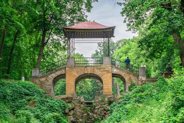 Китайский мост в парке александрии. белая церковь, украина