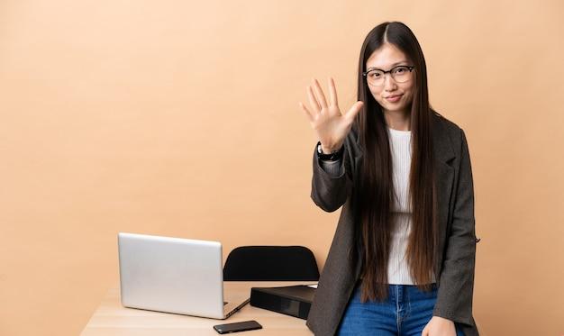 손가락으로 5 세 그녀의 직장에서 중국 비즈니스 우먼