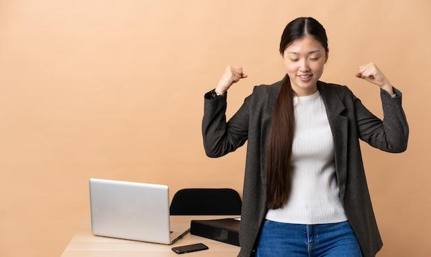 강한 제스처를 하 고 그녀의 직장에서 중국 비즈니스 우먼
