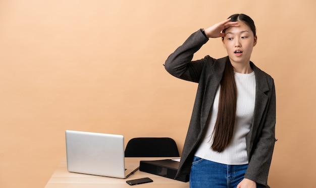 측면을 보면서 깜짝 제스처를 하 고 그녀의 직장에서 중국 비즈니스 우먼