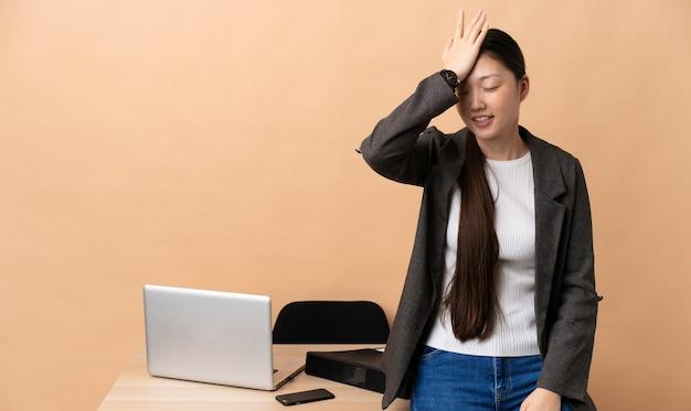 Китайская бизнес-леди на своем рабочем месте кое-что поняла и намеревается найти решение