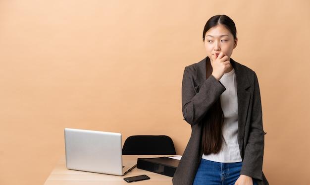 彼女の職場で中国人ビジネスウーマン