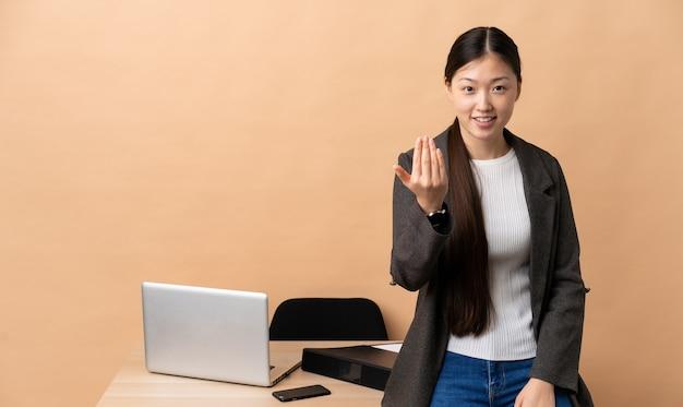 손으로와 서 초대 그녀의 직장에서 중국 비즈니스 여자. 와줘서 행복해