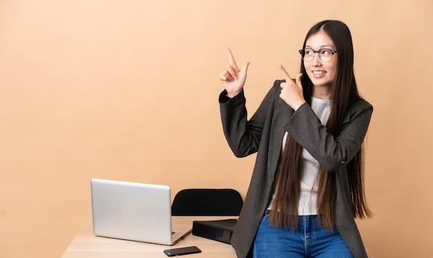 검지 손가락으로 좋은 생각을 가리키는 그녀의 직장에서 중국 비즈니스 우먼