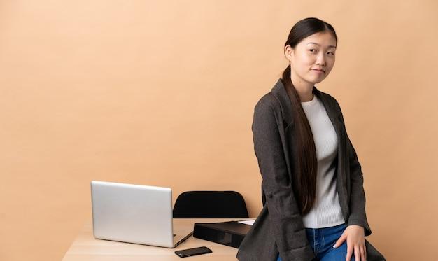 그녀의 직장에서 중국 비즈니스 여자입니다. 초상화
