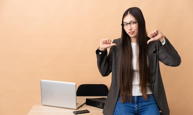 彼女の職場で誇りと自己満足の中国人ビジネスウーマン