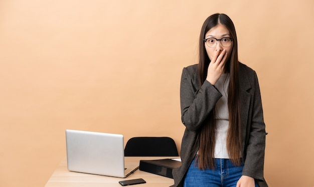 그녀의 직장에서 중국 비즈니스 여자는 오른쪽을 보면서 놀라고 충격