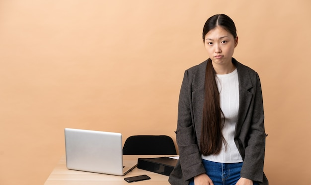 슬픈 표정으로 그녀의 직장에서 중국 비즈니스 우먼