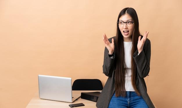 놀라운 표정으로 그녀의 직장에서 중국 비즈니스 우먼