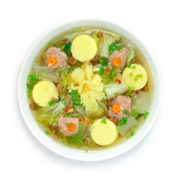 두부와 다진 돼지 고기 볼을 곁들인 배추 수프