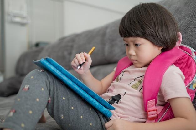 중국 어린이 중독 전화, 스마트 폰을 재생 아시아 소녀, 아이 사용 전화, 만화를보고