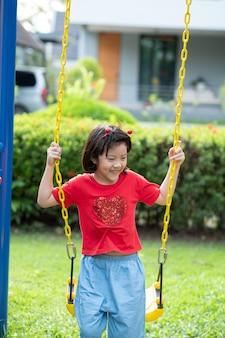 스윙을 하는 중국 아이들, 아이들은 놀이터에서 즐겁게 놀고, 행복한 소녀