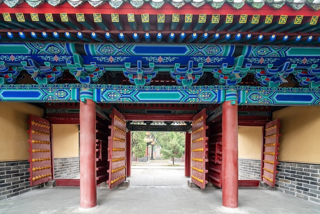 中国の古典的な宮殿の門の建物
