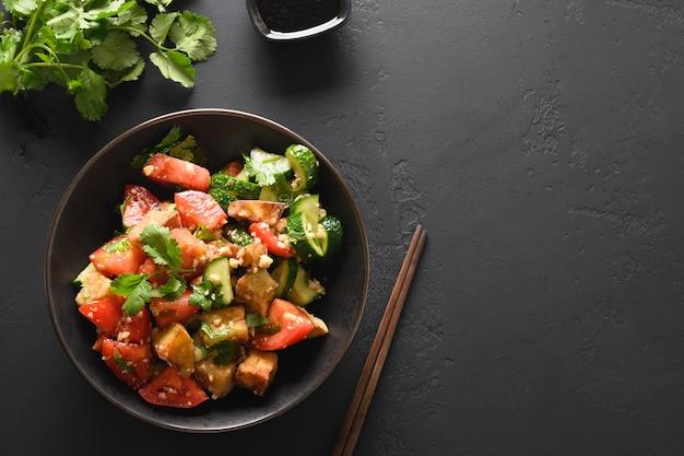 新鮮な野菜のオイスターソース添えの中国のクリスピーフライナス