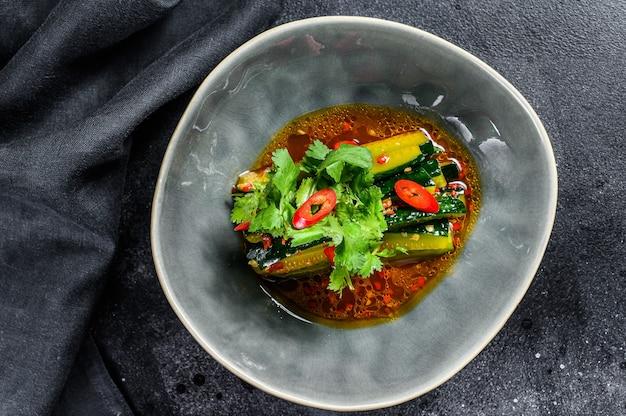 Китайский салат из огурцов с перцем чили, чесноком и соевым соусом