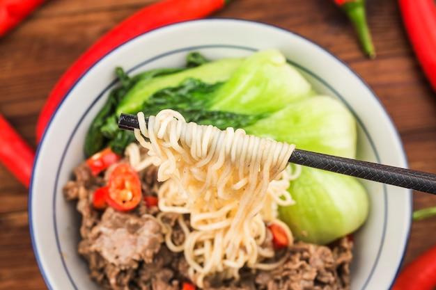 中華料理:牛肉麺のボウル