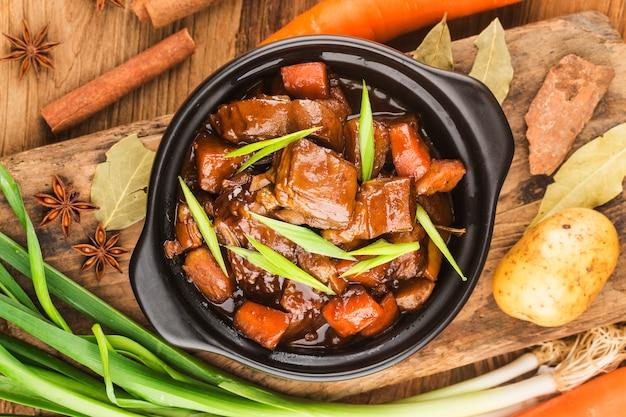 Китайская кухня: тарелка тушеной баранины