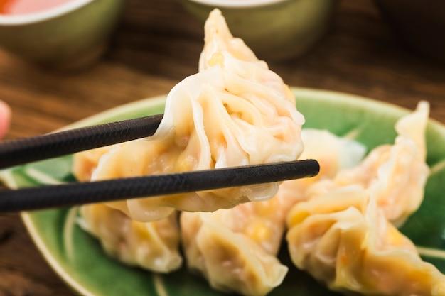 Китайская кухня: тарелка закусок с вареными пельменями