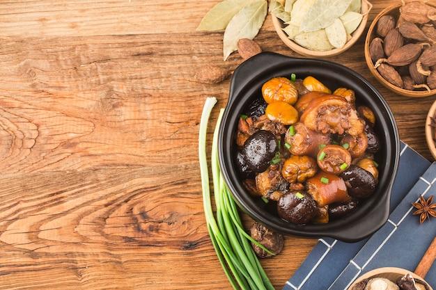 Китайская кухня тушеный каштановый свиной хвост